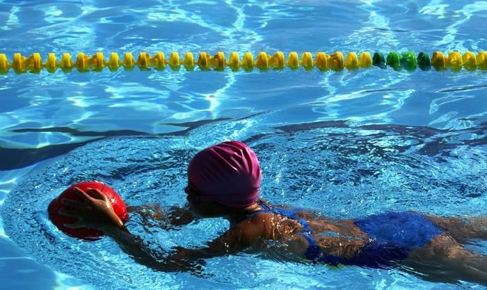 ventajas de practicar natación en invierno